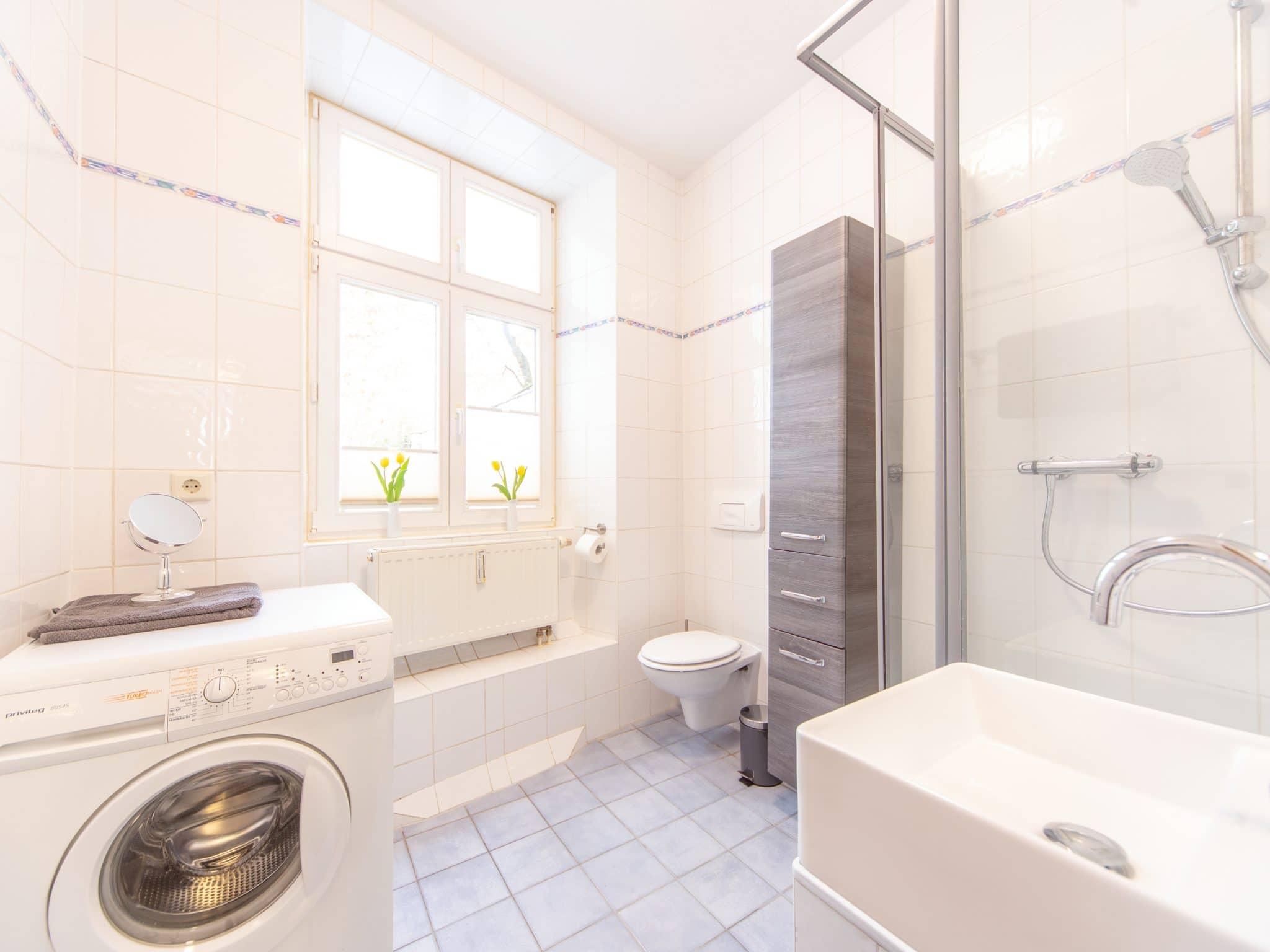 Bad mit Waschmaschine und Dusche