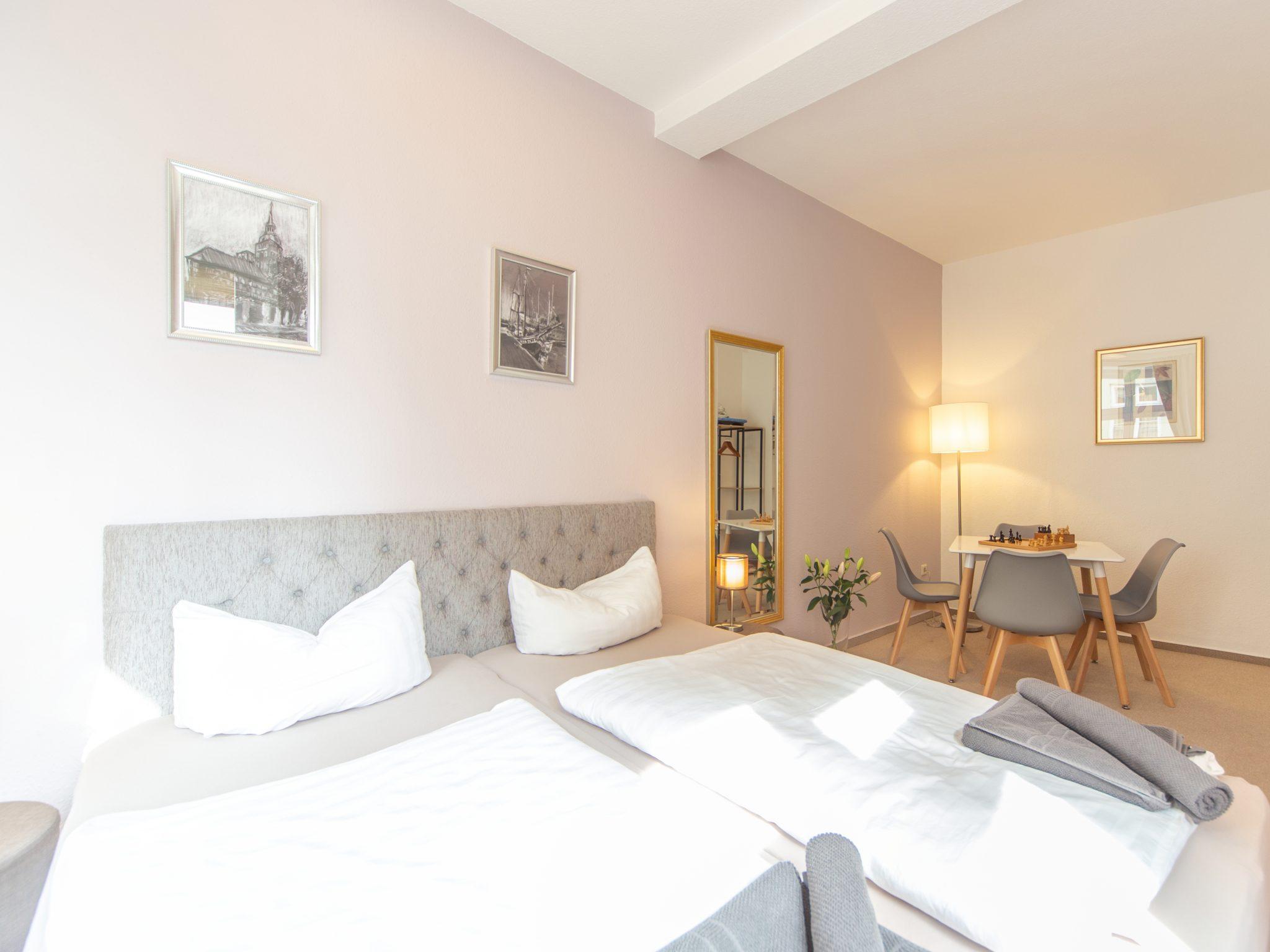 Schlafraum mit Doppelbett und Sitzbereich